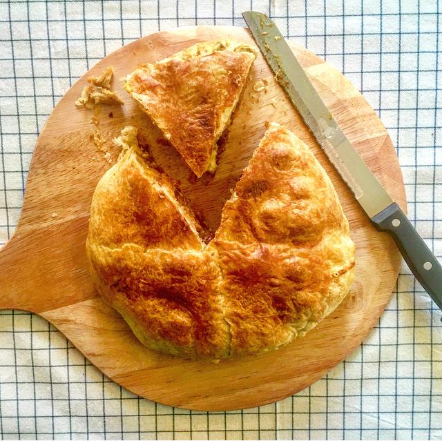 Kip in de hoed: een verrassende ovenschotel met bladerdeeg, kip, gember, kersen en kerrie. Heb je 't ooit zo gek gegeten?