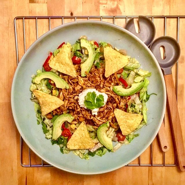 Nacho-salade met pulled chicken: lekker Mexicaans kan ook heel gezond zijn! Deze salade met kip, avocado en nachochips bewijst het.