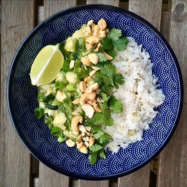 Groene viscurry: de lekkerste groene curry met cashewnoten, koriander en een lekker stukje vis. Goed voor de variatie!