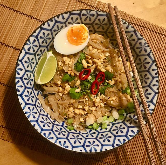 Pad Thai: een snelle wok bommetjevol smaak. Ontdek de smaken van Thailand in deze klassieker. Zó klaar!