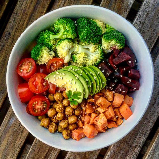 Veggiebowl: heerlijke groentemix met bietjes, zoete aardappel, avocado, broccoli, tomaatjes, gekruide kikkererwten en een beetje mayonaise.