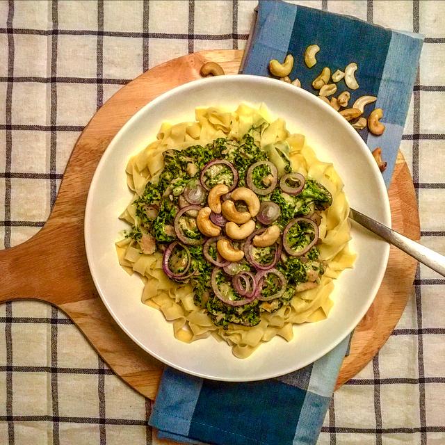 Tagliatelle met zalm en spinazie: romige pasta met spinazie, zalmsnippers, cashews en ui. Lekkerder wordt het niet!