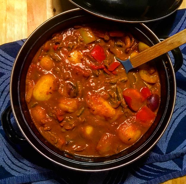 Snelle goulash: het beste uit de Hongaarse keuken, maar dan supersnel zelf gemaakt! Lekker rundvlees in een pittige tomaten-paprikastoof.