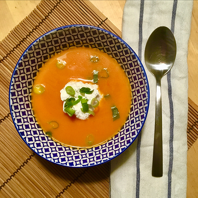 Pompoen-tomatensoep met ricotta: heerlijke herfstsoep met al het goede van tomaat en pompoen. De ricotta geeft hem body en maakt 'm romig!