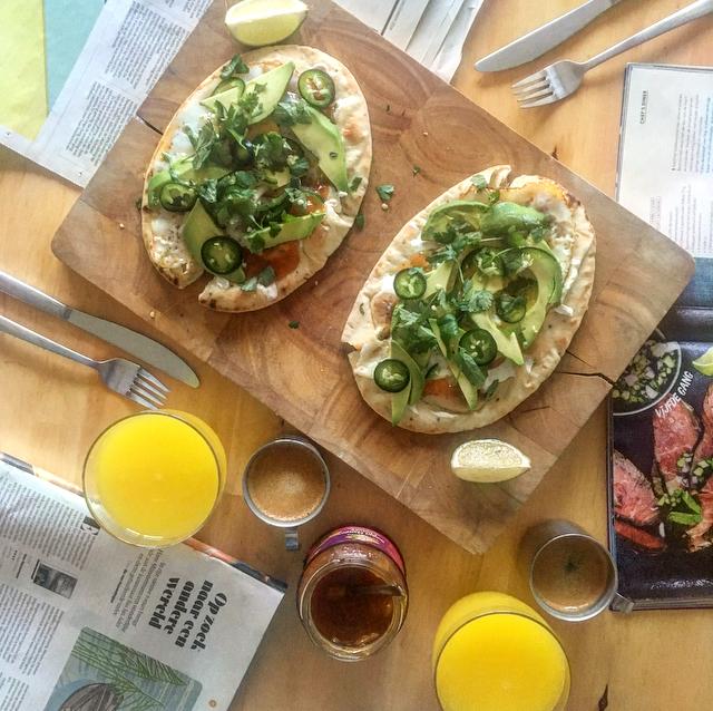 Naan-ontbijtje: het perfecte weekend-ontbijt. Naanbrood met zuivelspread, mangochutney, gebakken ei, koriander en avocado. Yum, right?