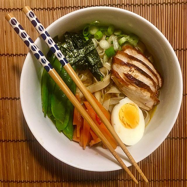 Japanse ramen: de lekkerste noedelsoep uit het verre Oosten. Vol verse groenten en fijn op smaak door genoeg kruiden, gebakken kip en een eitje.