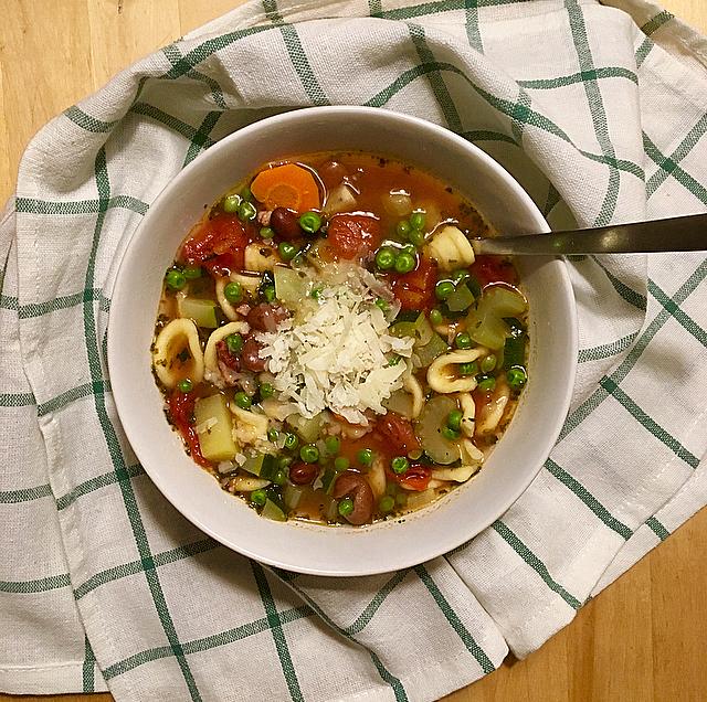 Minestrone: een heerlijke klassieke Italiaanse soep bomvol groente. De pasta en borlotti-bonen maken het een echte maaltijdsoep!