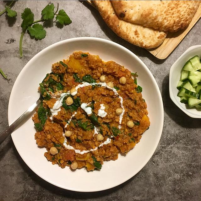 Indiase dahl: een heerlijk Indiaas vega-gerecht. Rode linzen, pompoen, spinazie en kikkererwten in een kruidige mix! Lekker met frisse yoghurt.