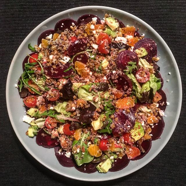 Quinoasalade met bietjes & mandarijn: donkerzoete bietjes en friszoete mandarijn combineren heerlijk in deze goedgevulde salade. Taste the rainbow!