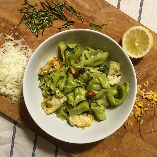 Gevulde pasta met artisjokken: simpele pasta met artisjokken, citroen en amandel. Deze moet je eens proberen!