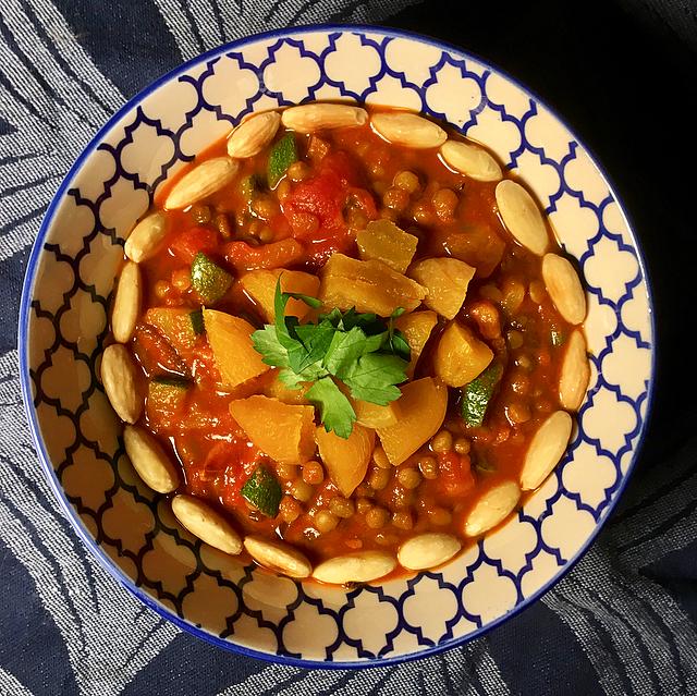 Linzenstoof: echte mediterrane smaken, in no time op tafel zonder pakjes en zakjes. Vol interessante ingredienten als Ras el Hanout en gedroogde abrikozen!