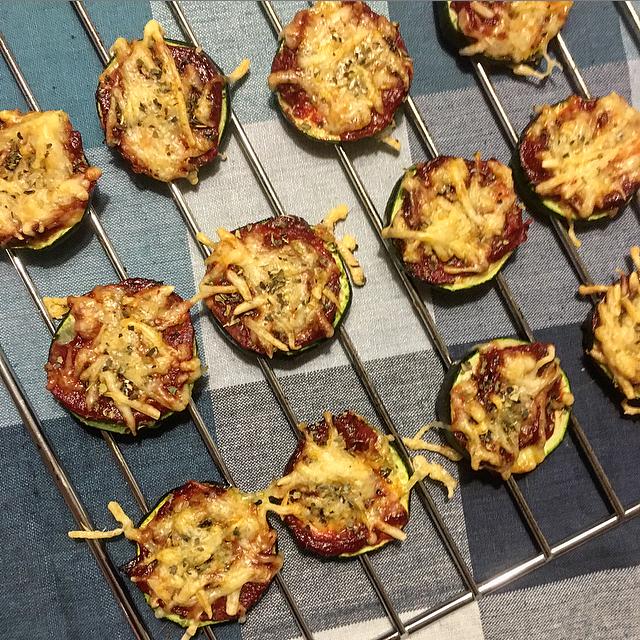Courgette-pizzaatjes: een gezond hapje zonder al te veel calorieën. De pizzaatjes van courgette, tomaat en kaas zijn lekker bij de borrel of als tussendoortje!