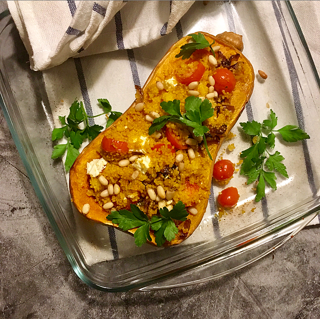 Gevulde flespompoen: pompoen uit de oven, gevuld met een simpele mix van couscous, tomaat, ui en pijnboompitjes. Lekker vega!