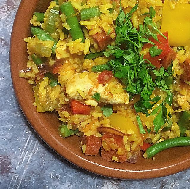 Jambalaya met kip & chorizo: een rijstgerecht uit de keuken van Louisiana. Ontdek de power van cajunkruiden in deze lekkere one pot meal!