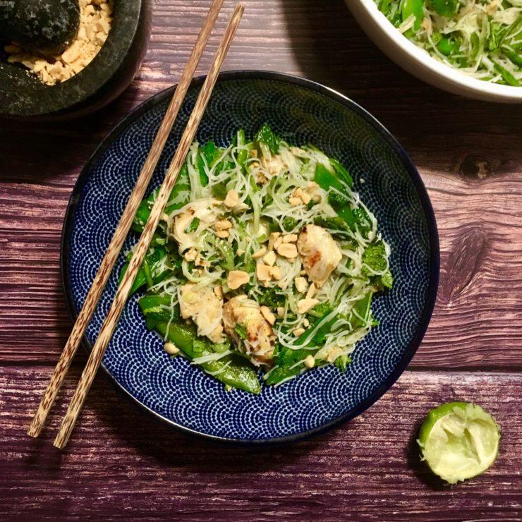 Thai green noodle salad: een heerlijk frisse salade met mihoen, kip, limoen, komkommer, koriander en munt.