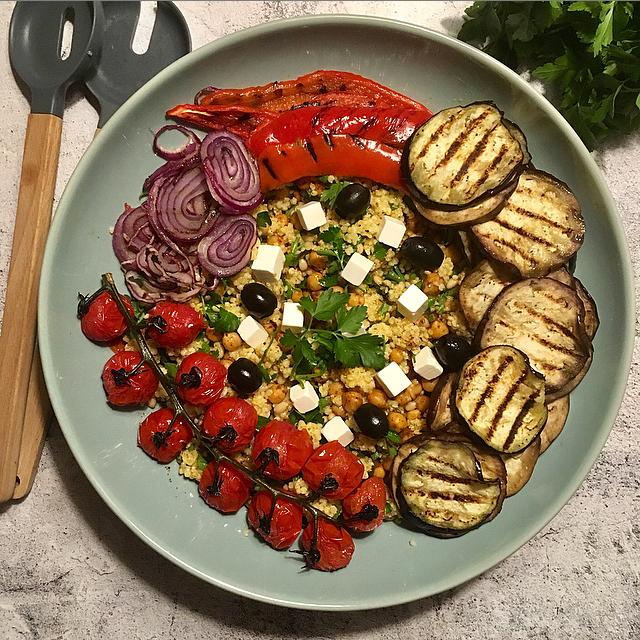 Gierstsalade met gegrilde groenten: mediterrane smaken, veel gegrilde groenten en de verrassende textuur van gierst. Dit moet je eens proberen!