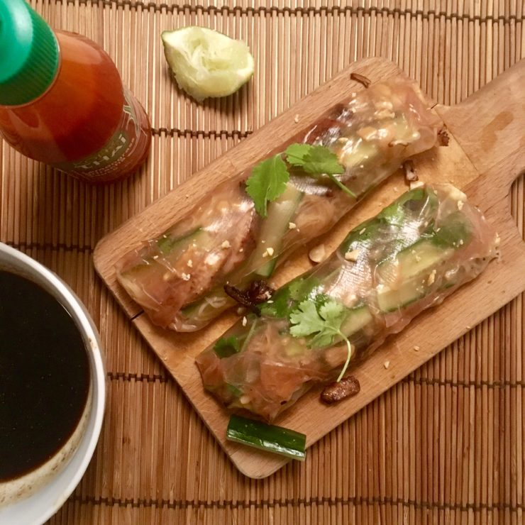 Pad Thai spring rolls: frisse lenterolletjes met ei, mihoen, gemarineerde kip en pinda. Smullen!
