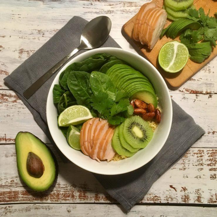 Green kiwi quinoa bowl: frisse kerriequinoa met spinazie, kiwi, limoen, kip, amandelen en avocado. Smullen!