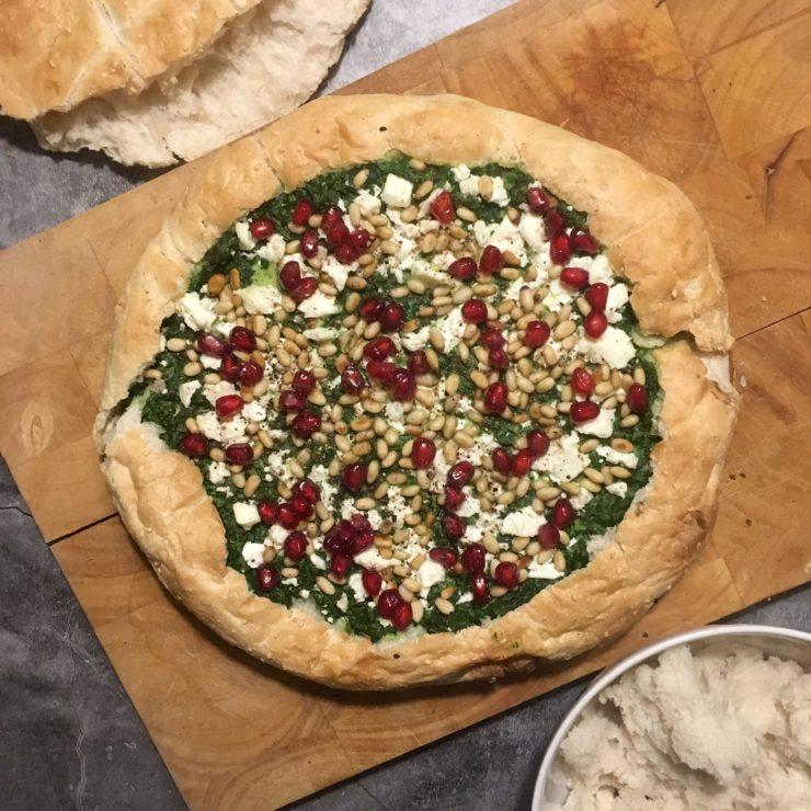 Gevuld Turks brood: heerlijk voor bij de borrel. Geniet van frisse smaken van spinazie, munt, yoghurt, feta en granaatappelpitjes!