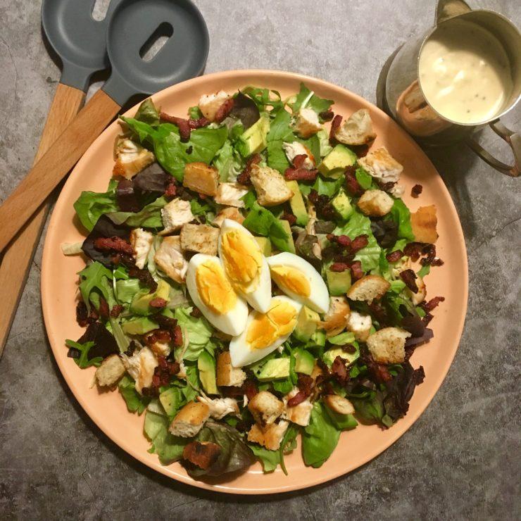 Caesarsalade: de ideale goedgevulde salade voor als het nog geen zomer is, maar je wel zin hebt in een gezonde maaltijd. Een echte classic!