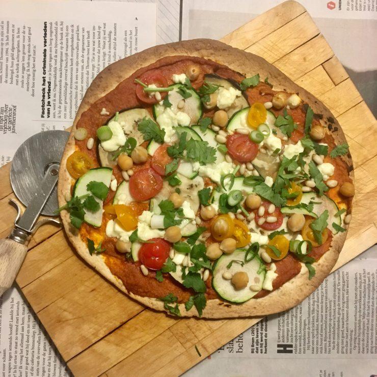 Mediterraanse wrappizza's: lekker lichte krokante pizzaatjes met hummus en Mediterraanse groenten. Smullen!