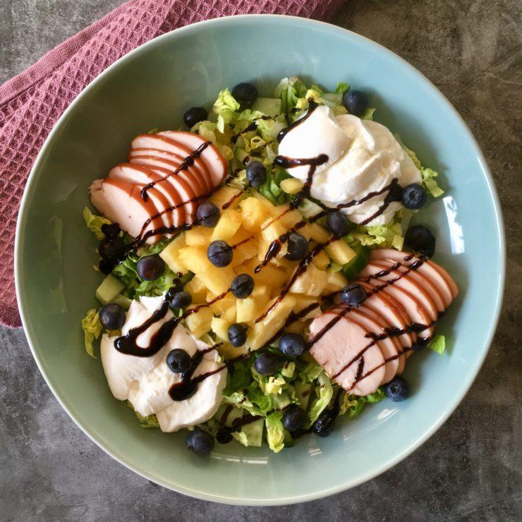 Kip Hawaï salade: supersimpel, supersnel. Ontdek de smaken van gerookte kip en verse ananas in een salade!