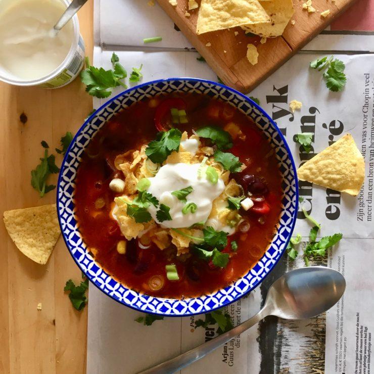 Mexicaanse soep: lekker kruidige soep met gehakt, kidneyboontjes, maïs en nachochips. Smullen!