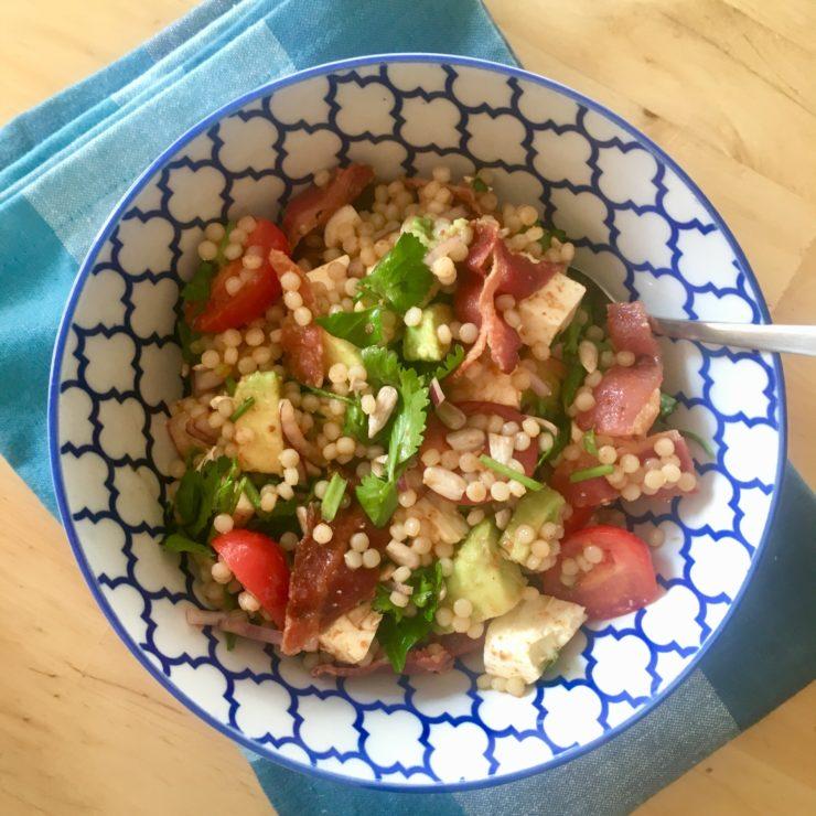 Parelcouscoussalade: heerlijk met granaatappelmelasse en zoute bacon. Deze moet je proberen!