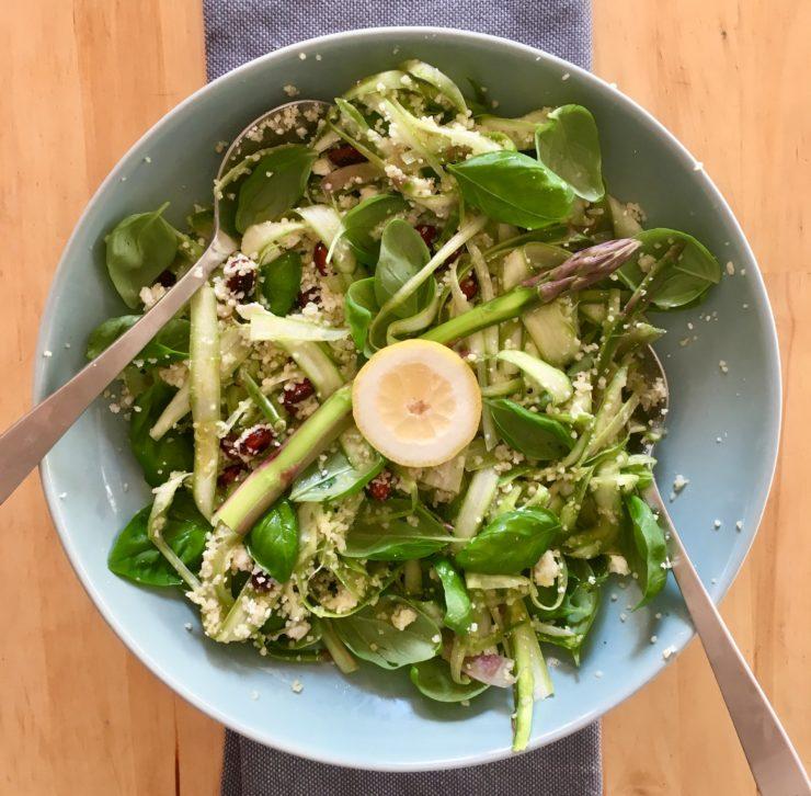 Couscoussalade met groene asperges: flinterdun geschaafde rauwe asperges met citroen, feta, basilicum en amandelen in een zomerse verrassing!